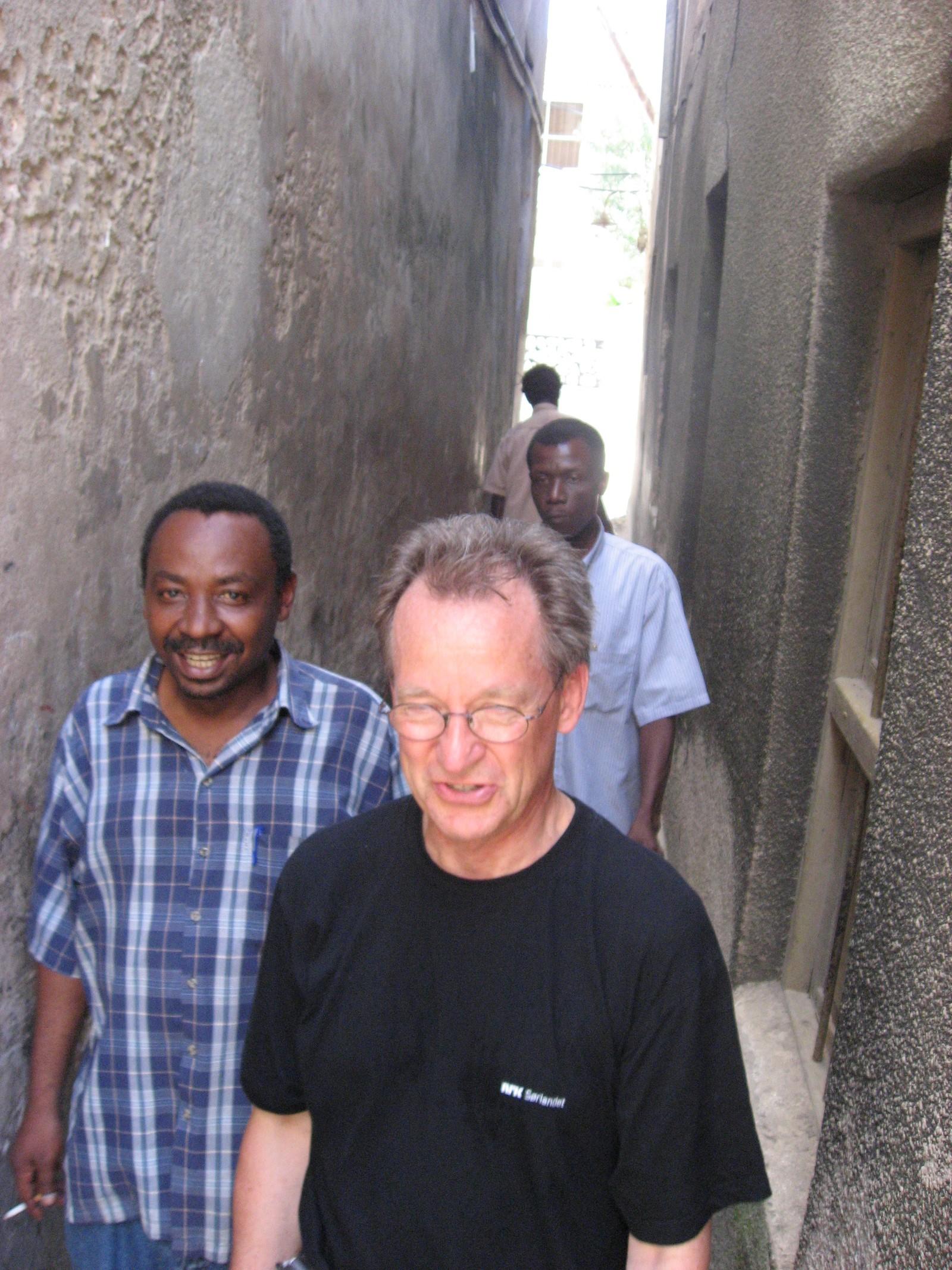 Sigbjørn Nedland i Stone Town, hovedstaden på Zanzibar sammen med Matona, som er Zanzibars viktigste musiker.