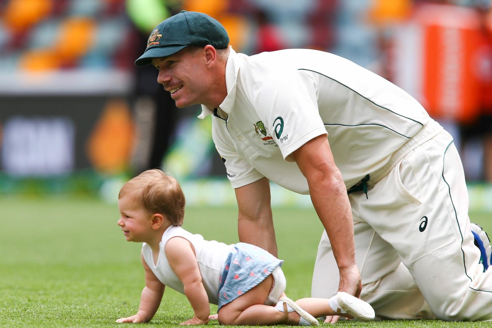 Australias cricket-yndling David Warner sjarmerer publikum i Brisbane ved å krabbe som datteren Ivy.