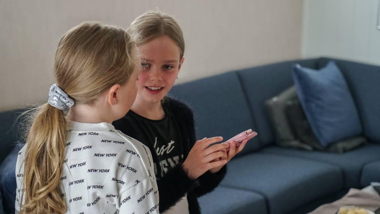 Emilia og venninnen lager TikTok video