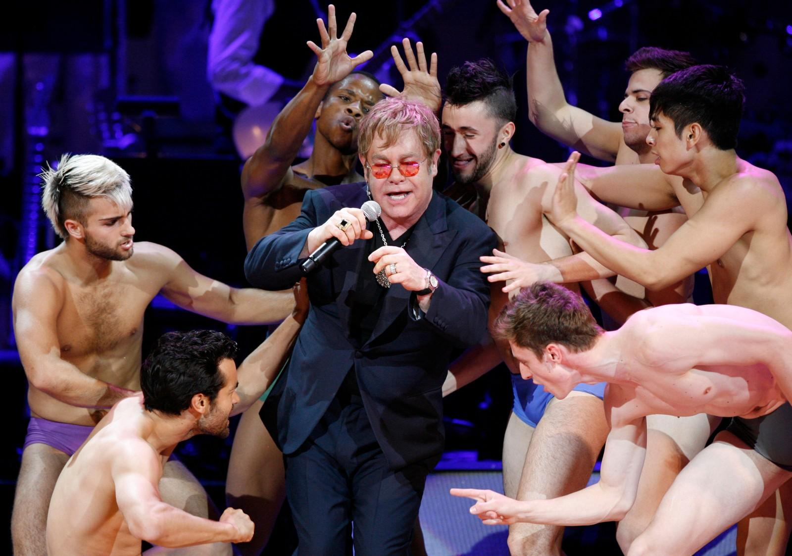2010: Under Regnskog-fondet sitt 21-års jubileum i Carnegie Hall, New York 13. mai framfører Elton John Madonna sin «Like A Virgin».