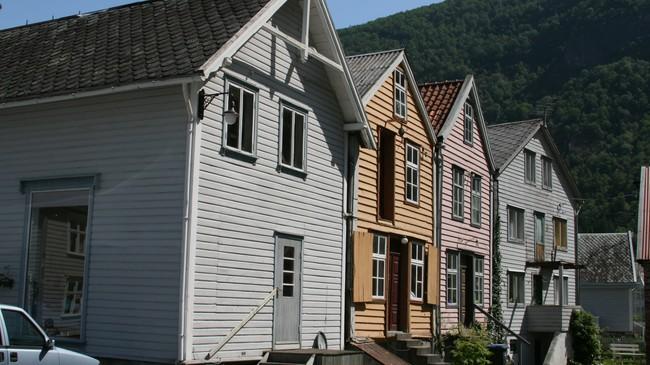 Lærdalsøyri hadde tidleg eit bymessig preg, og husa stod tett. Foto: Kjell Arvid Stølen, NRK.