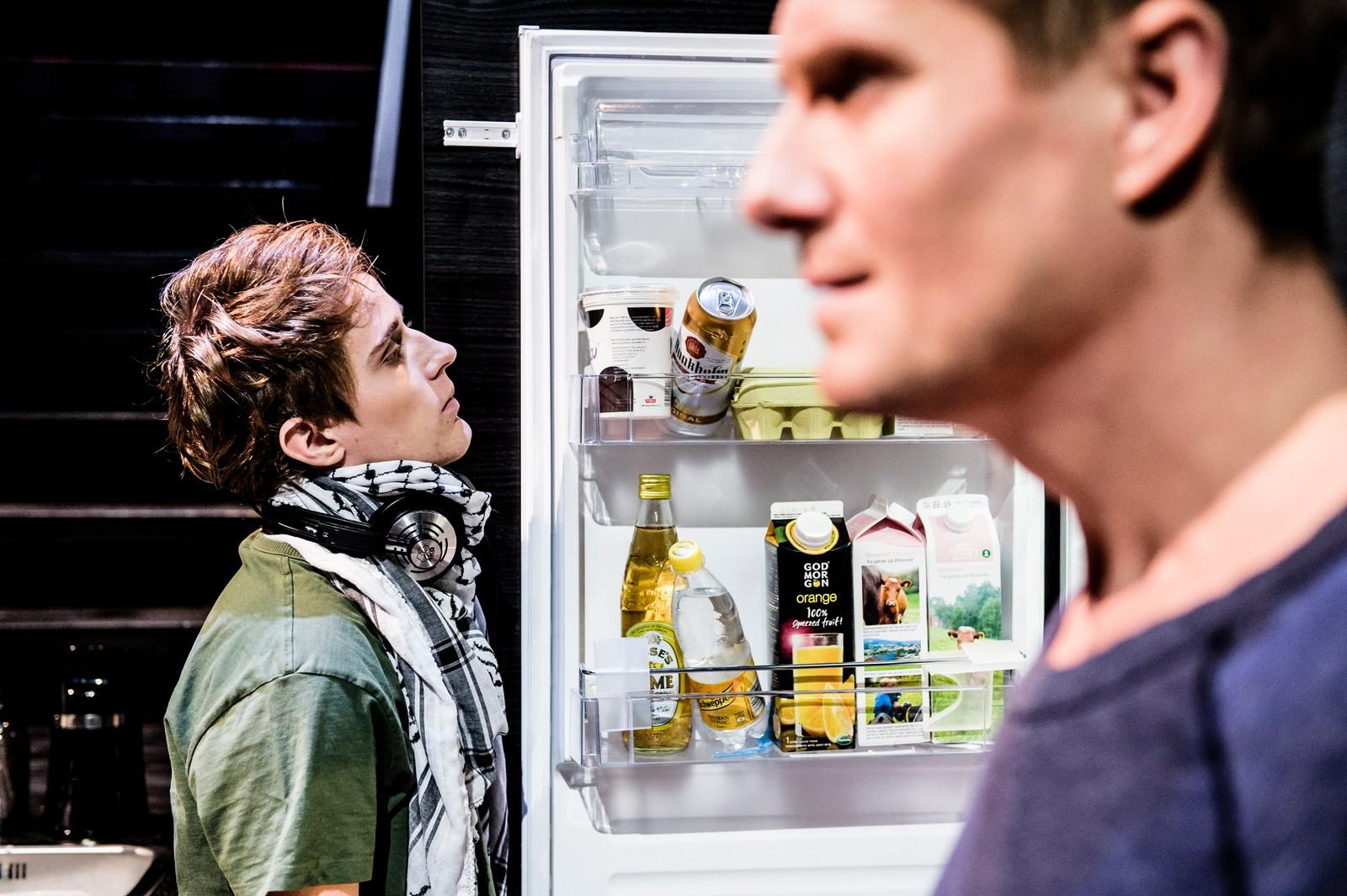 KNUTE PÅ TRÅDEN: Bjørn (Frode Winther) sliter med å holde samtalen i gang med sønnen Odin (Axel Gehrken Bøyum).