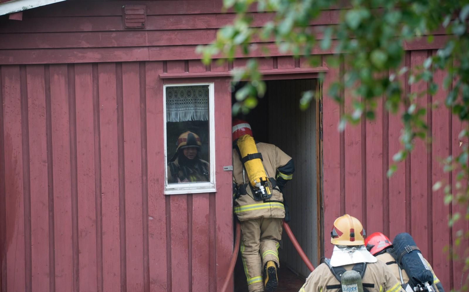 Røykdykkarane var delt opp i lag, som veksla på å ta seg inn i huset.