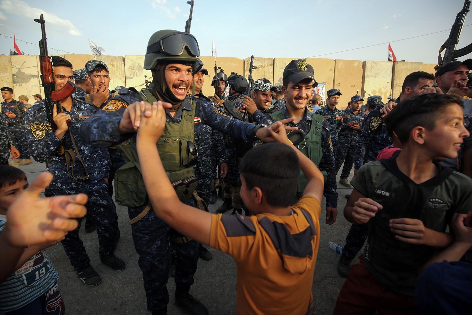 Irakiske styrker danser med lokalbefolkningen i Mosul. Den siste, avgjørende fasen for å overta gamlebyen fra IS ble satt i gang for noen uker siden, og nærmer seg slutten.