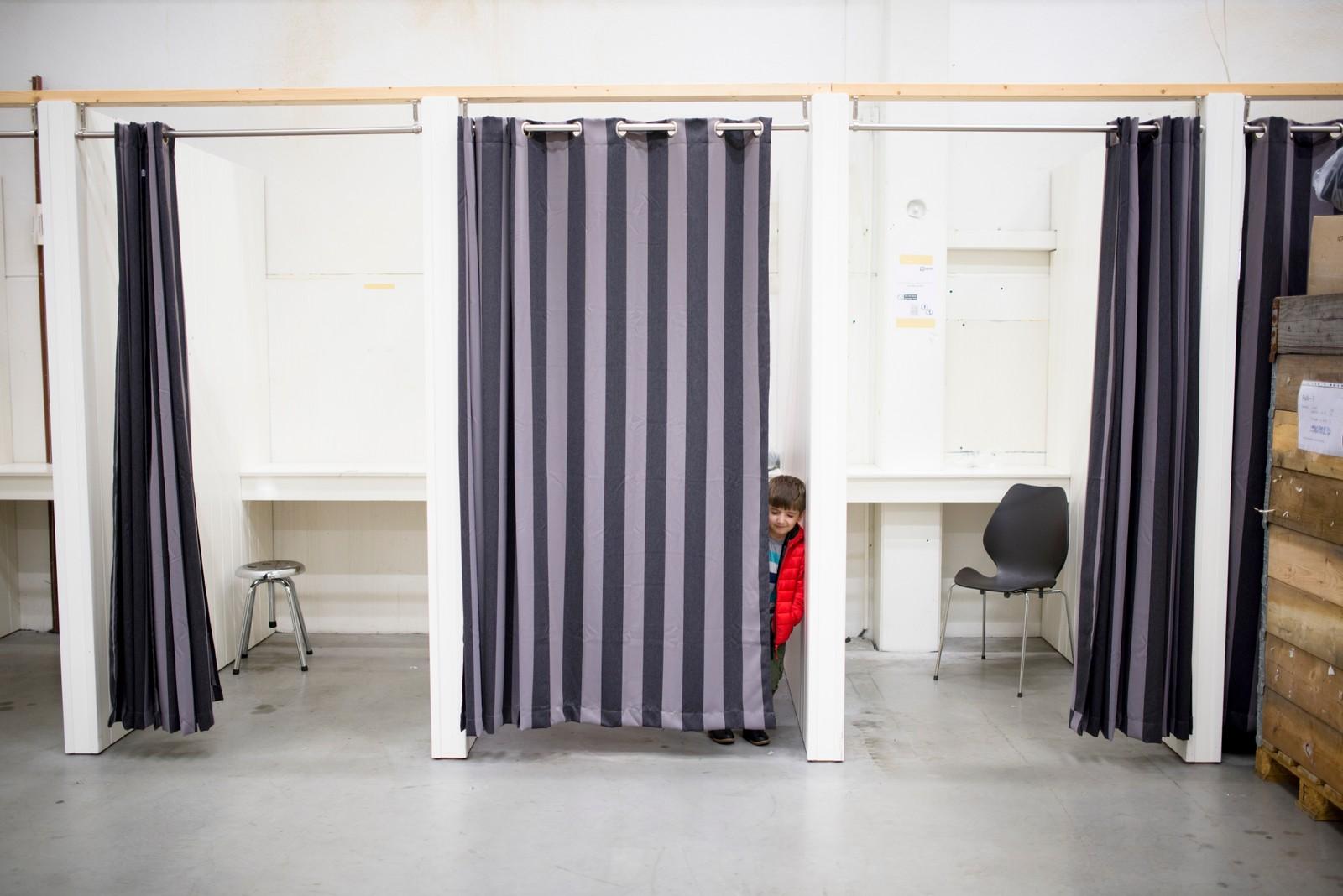 2. plass Nyhetsreportasje Norge: Evelyn Pecori, praksisstudent, Vårt Land.  Fluktkontroll: Fire år gamle Zakaria har reist fra Irak gjennom hele Europa sammen med sin mor. Nå er han endelig i Norge, nærmere bestemt på et asylmottak i Råde.