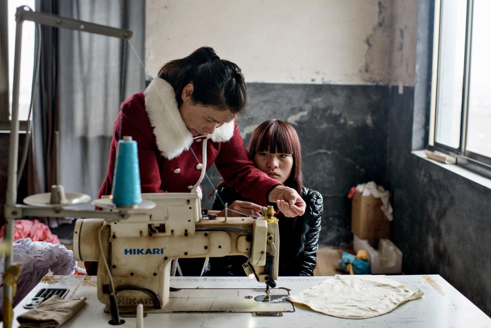 3. pris dokumentar utland: Siden 1978 har Kina opplevd den største folkevandringen i verdenshistorien. Nærmere 160 millioner kinesere har reist fra lutfattige landsbyer for å finne arbeid i byene. I fjellandsbyen Hangsha i Hunan-provinsen, står Rong Shi Yu (14) på klippen sammen med barndomsvenninnene sine, hånd i hånd og på høye hæler, mens de blåser rosa bobler. I morgen pakker de trillekoffertene og reiser fra alt de kjenner, mot kysten og storbyene. Der venter Kinas mest effektive fabrikker med ti kroner i timen, ti timer hver dag. Men der venter også mulighetene for økonomisk uavhengighet. Juryens begrunnelse: Denne serien tar en ny retning. Historien er konkret, men bildene er mer eksperimentelle. Det er god dynamikk i historien med noen modige valg. Serien kunne vært strammere redigert.