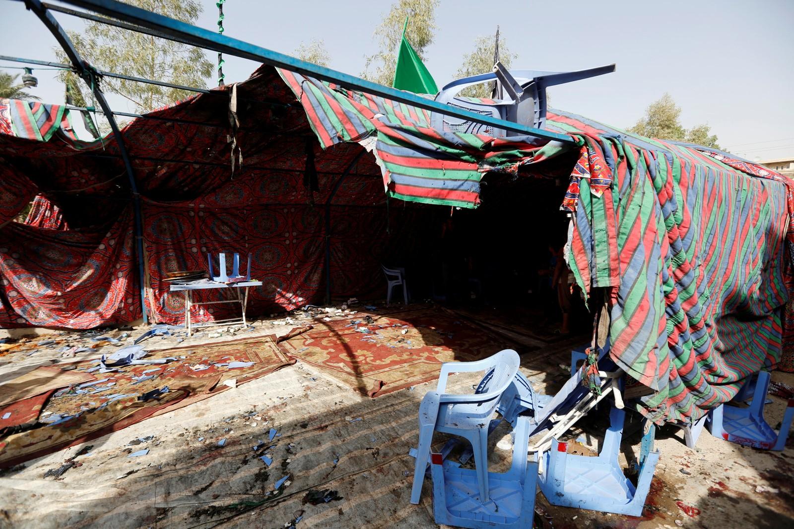 Innbyggjarane var samla til ei gravferd i teltet som vart ramma av ei sjølvmordsbombe.