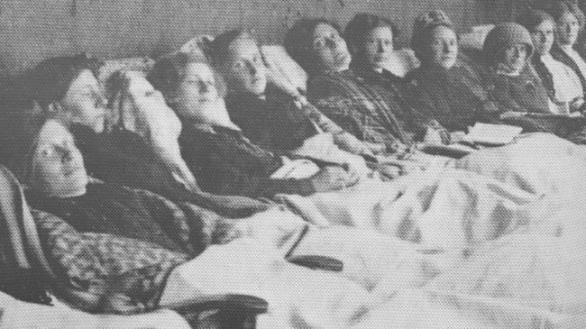 Tæringssjuke kvinner i kurhallen på Lyster Sanatorium.