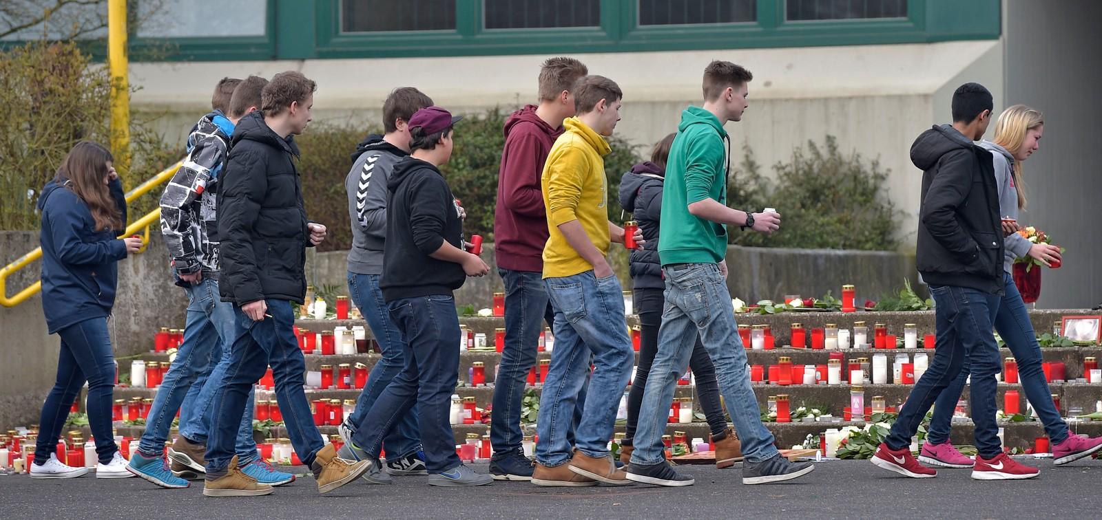 Hundrevis av skoleungdommer strømmer til skolen Joseph-Konig i Haltern am See for å tenne lys for de 16 elevene og to lærerne som mistet livet i flyulykken i Frankrike(Photo/Martin Meissner)