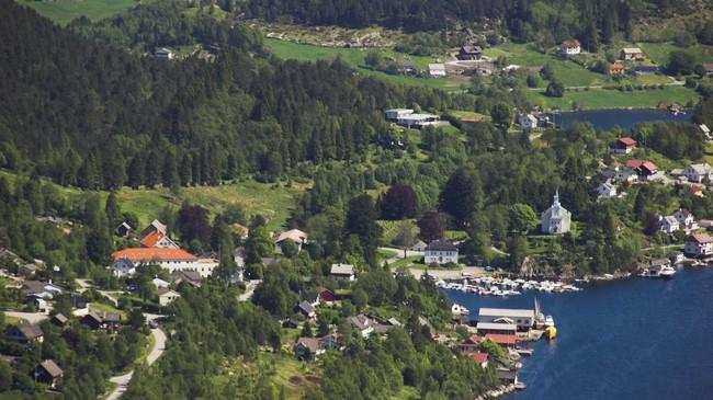 Eivindvik med Gulen kyrkje og Herresalen. Foto: Merete Husmo Høidal, NRK.