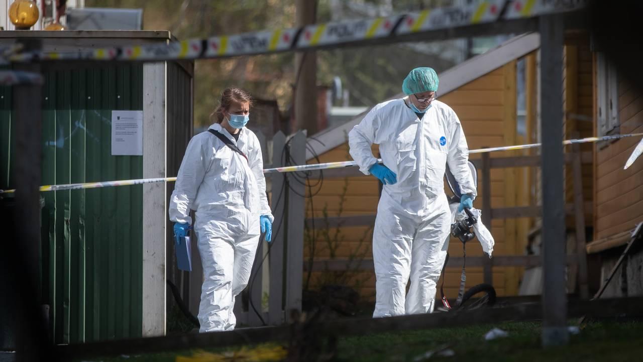 To hvitkledde krimteknikere jobber på åstedet for dødsfall i Trondheim.