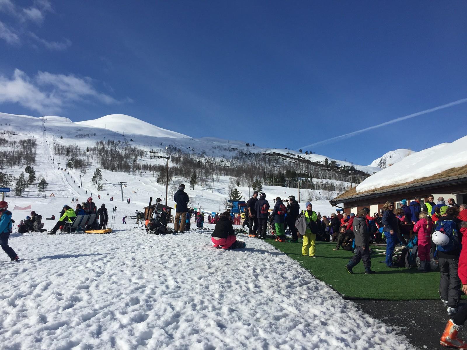 Skikkeleg påskestemning ved skisenteret i Hornindal.