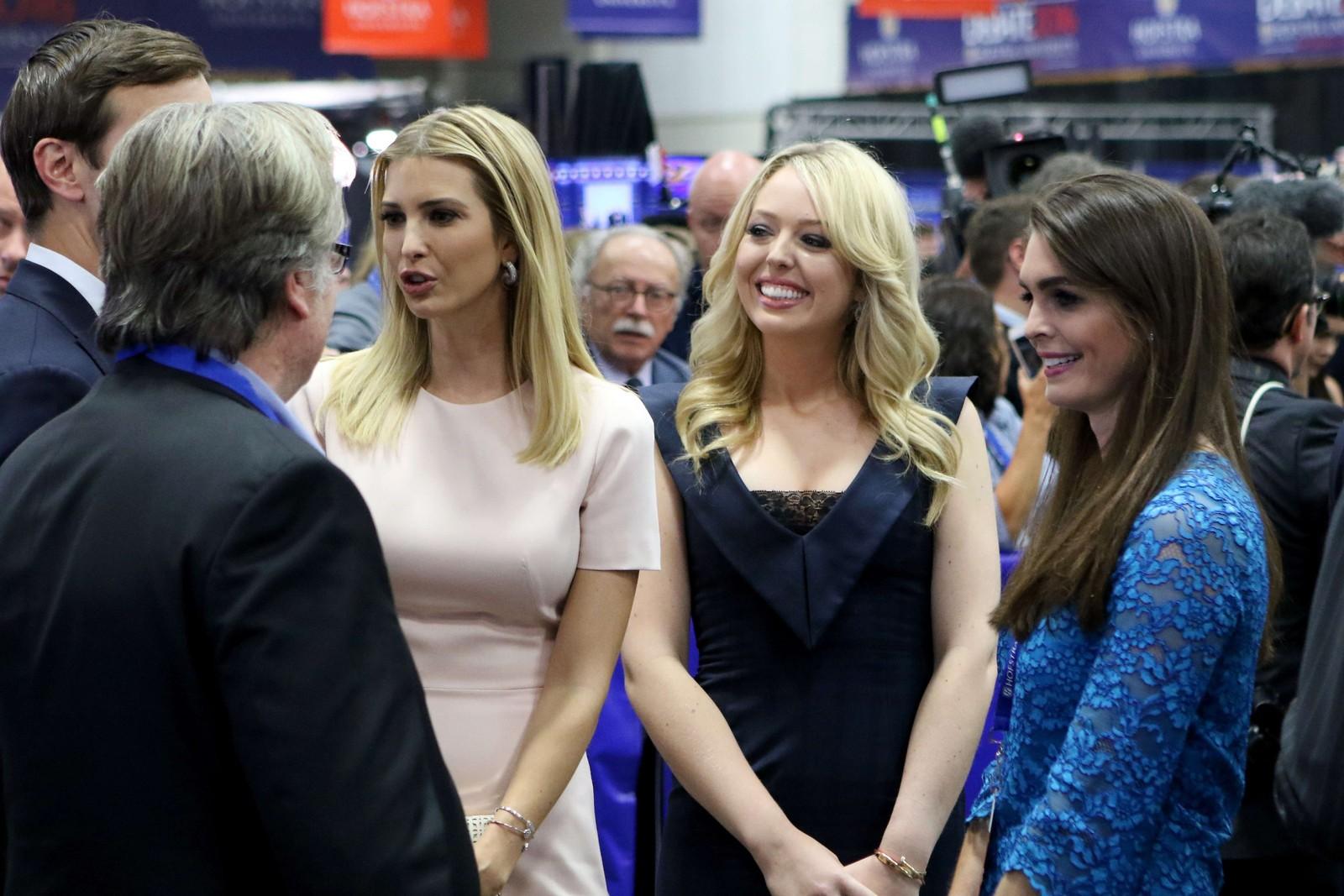 Trumps døtre: Ivanka (t.v.) og Tiffany var til stede for å høre far debattere.
