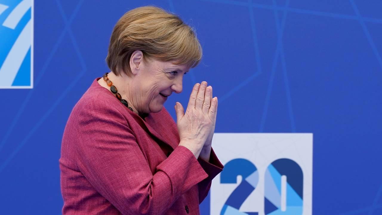 Tysklands forbundskansler Angela Merkel hilser idet hun ankommer Natos toppmøte.