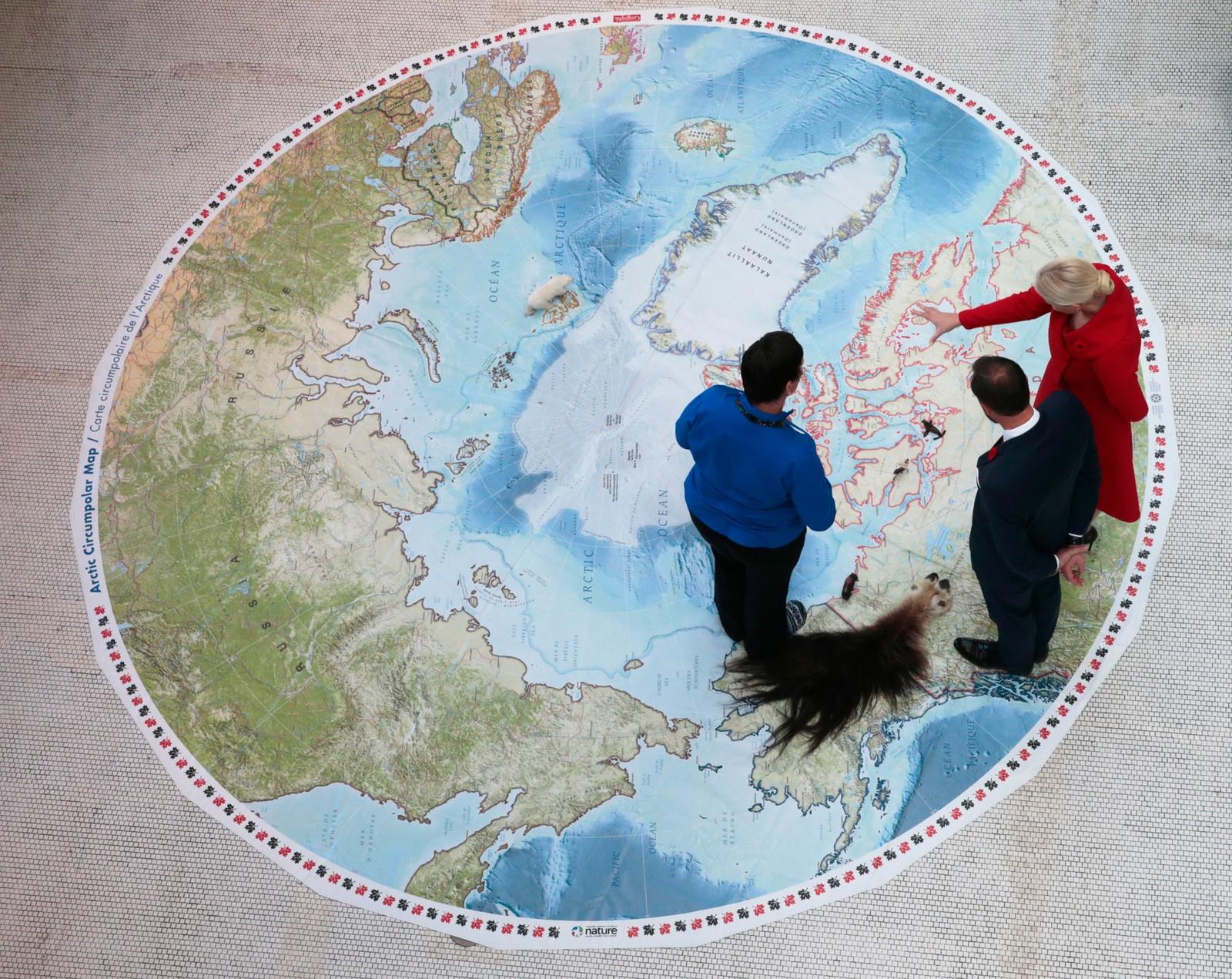 Kronprins Haakon og kronprinsesse Mette-Marit studerer polargolvkartet på Naturhistorisk museum i Ottawa. Det offisielle besøket til Canada varer til torsdag.