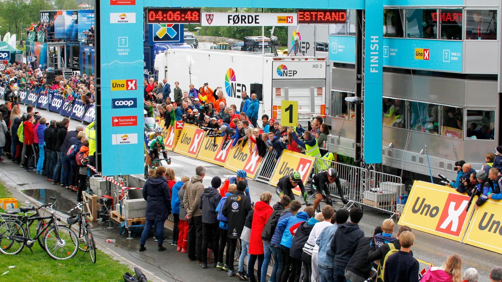 Utbrytarane køyrer gjennom Førde for første gang.