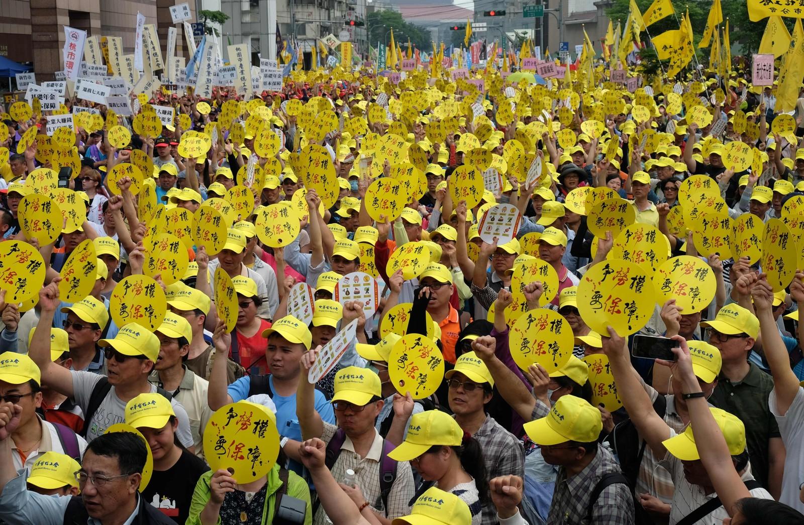 Arbeidere i Taiwan marsjerer for arbeidernes rettigheter i Taipei 1. mai. Tusener hadde tatt til gatene søndag for å markere dagen. De demonstrerte for at myndighetene skal heve lønningene, gjøre arbeidsdagene kortere og forby midlertidige ansettelser.