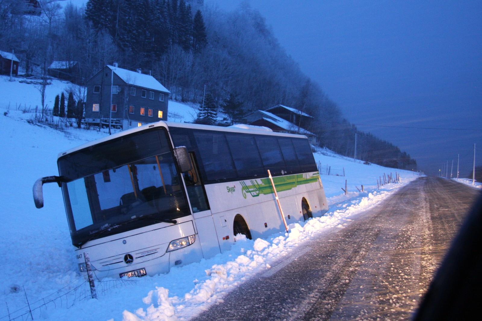 UTFOR I FUSA: Denne bussen kjørte av veien på fylkesvei 48 ved Mundheim i Fusa i formiddag. I 17-tiden startet bergingsarbeidet.