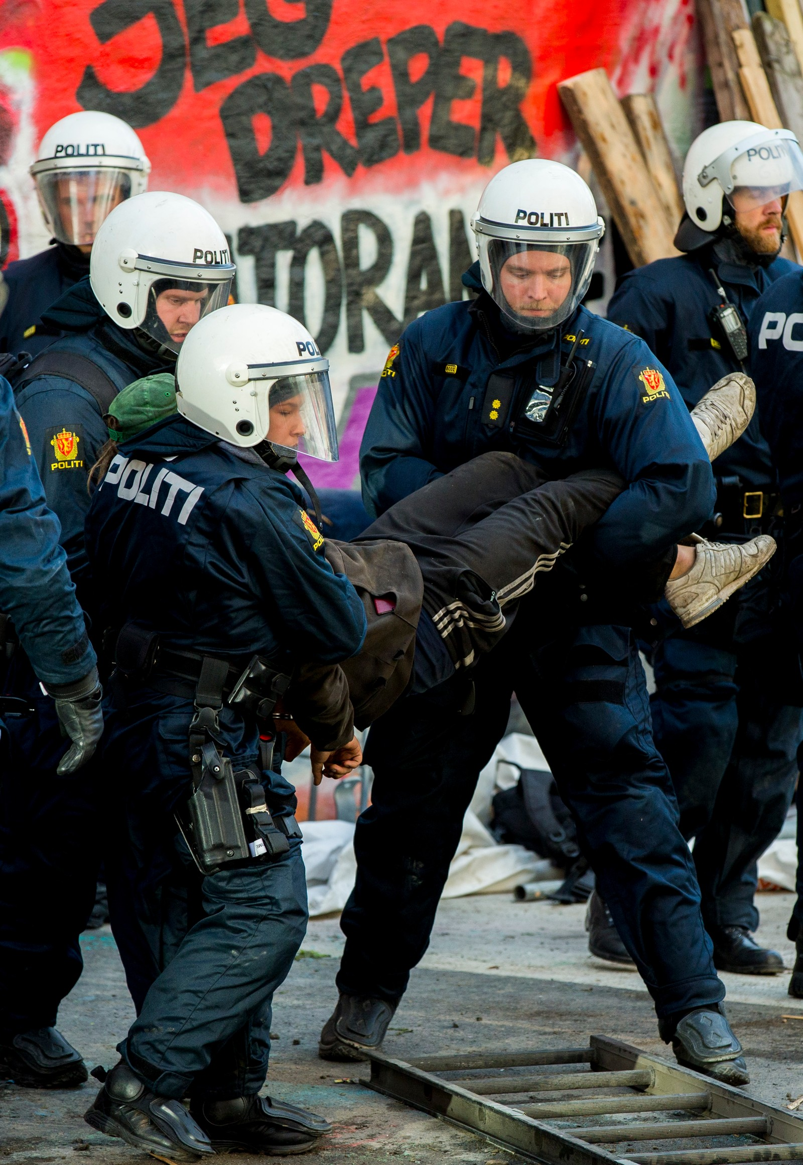 Oslo 20160706. Politiet bistår Namsfogden med å kaste ut personer som oppholder seg ulovlig i Hauskvartalet i Oslo onsdag morgen. Foto: Vegard Wivestad Grøtt / NTB scanpix Politiet bistår Namsfogden med å kaste ut personer som oppholder seg ulovlig i Hauskvartalet i Oslo onsdag morgen.