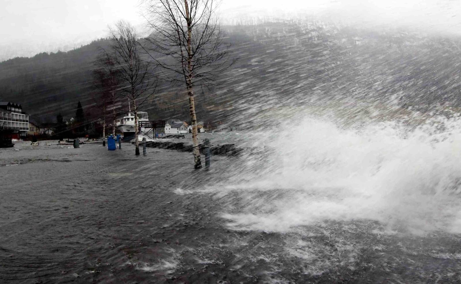 Kraftig vind slår vatn innover Hornindal frå eit unormalt stort Hornindalsvatn.