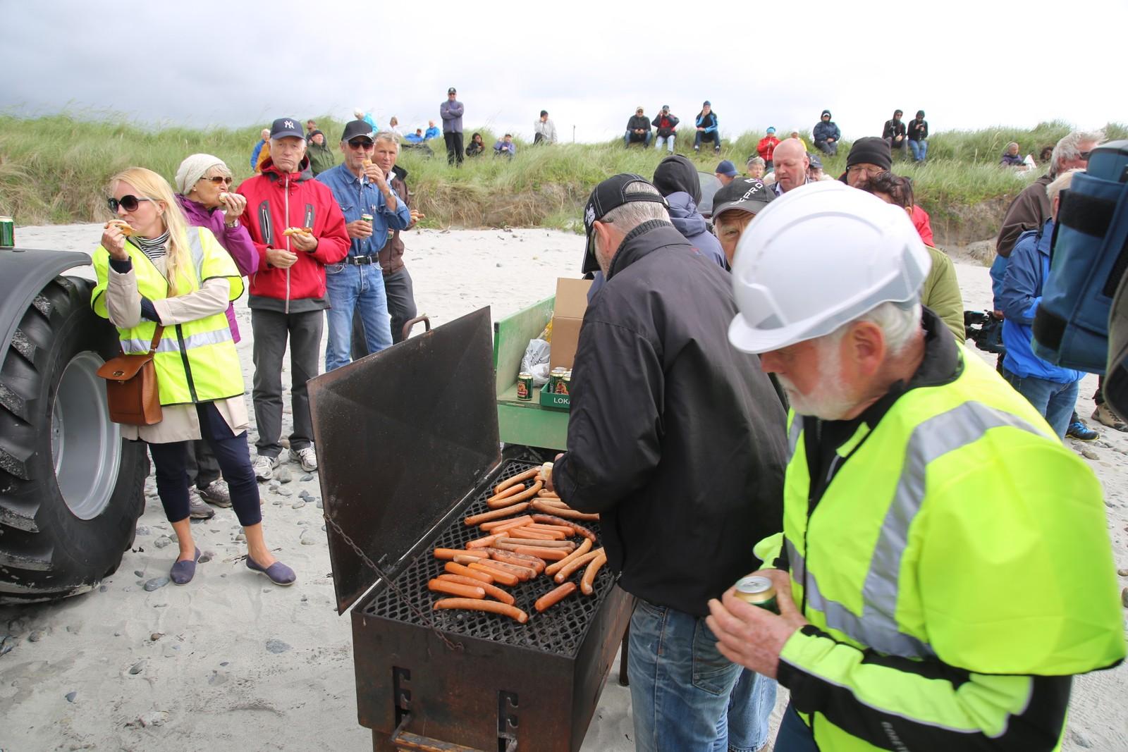Arbeidsfolkene får grillpølser på Orresanden. Også publikum fikk grillmat denne dagen.