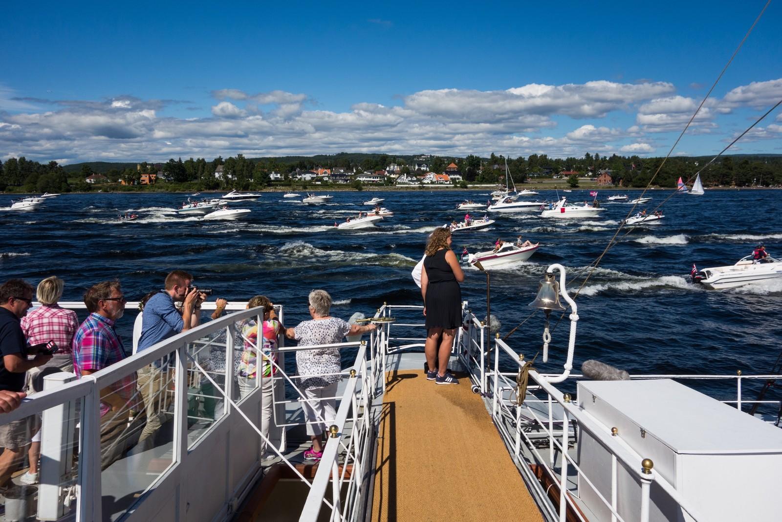 Programleder, Helle Therese Kongsrud nyter utsikten av småbåter.