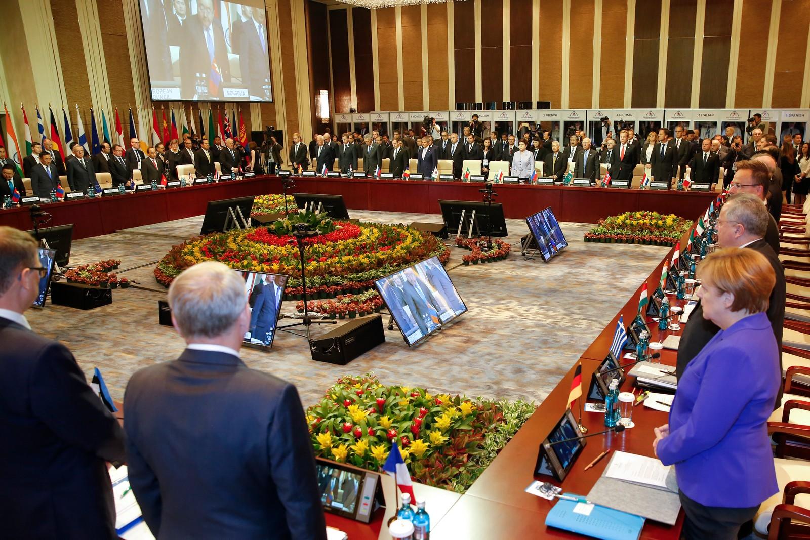 Europas ledere holder et minutts stillhet under et møte i Ulaanbaatar i Mongolia.