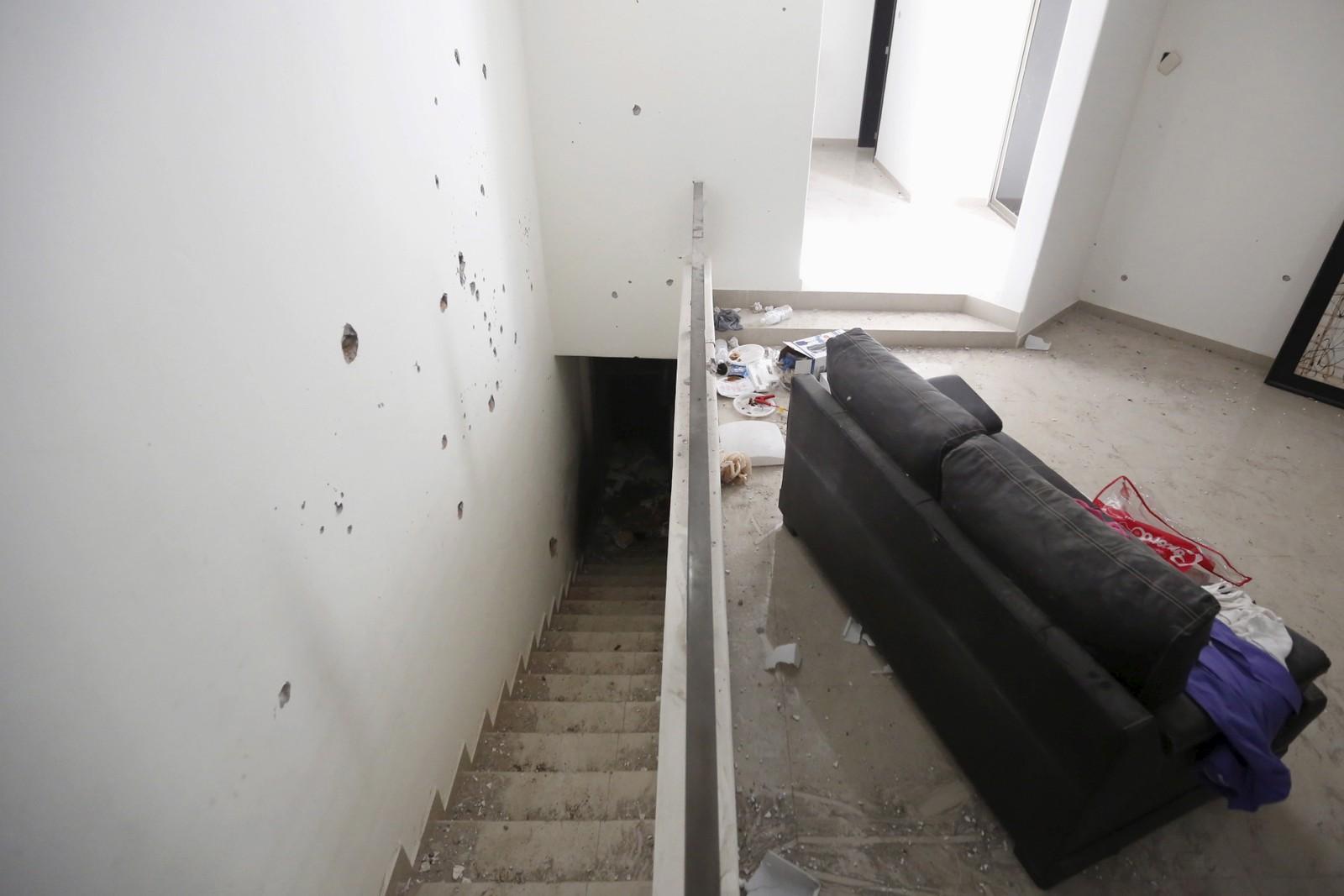 Kulehull i veggen på vei opp til andre etasje.