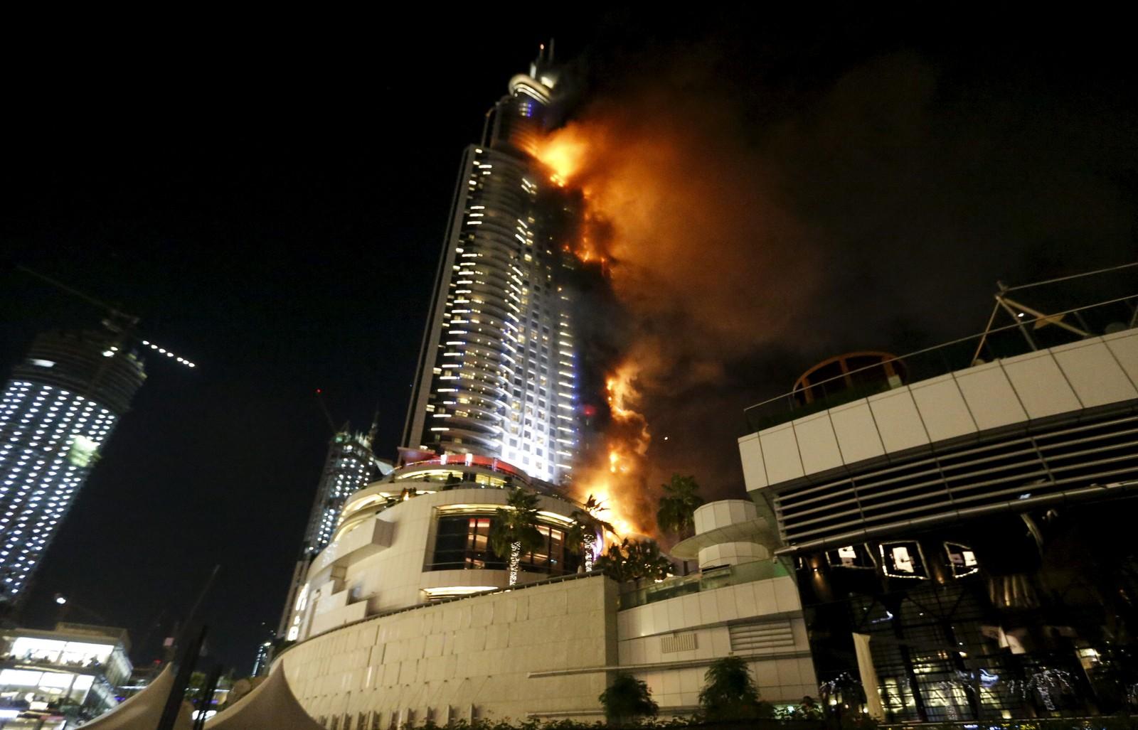 Flammene omslutter det 64 etasjer høye Address Hotel i Dubai sentrum.