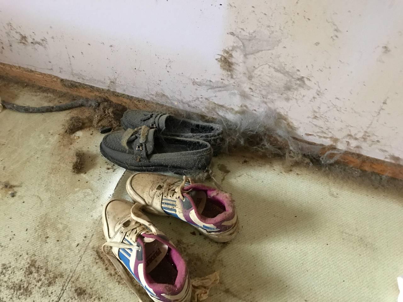 Skoene ble værende under senga, i 17 år. Eieren satt i rullestol, med begge beina amputert.