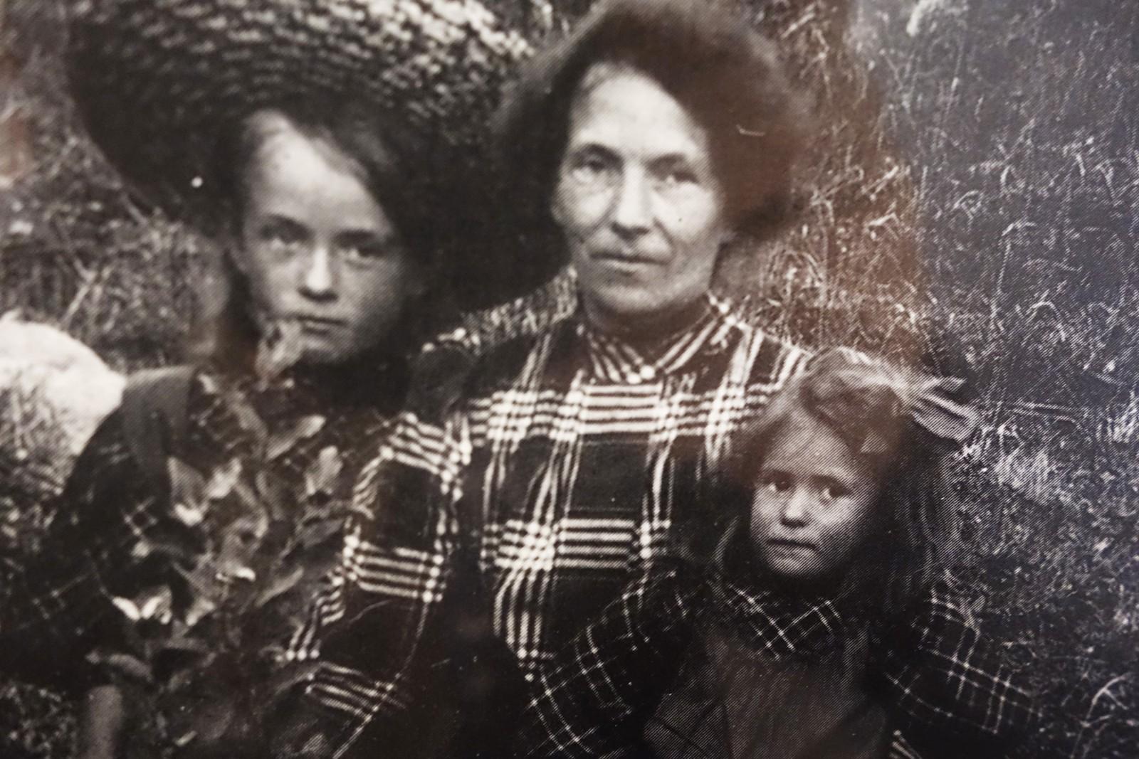 Anna og søster Gunvor med mor på tur i Eikebergvika i 1906.