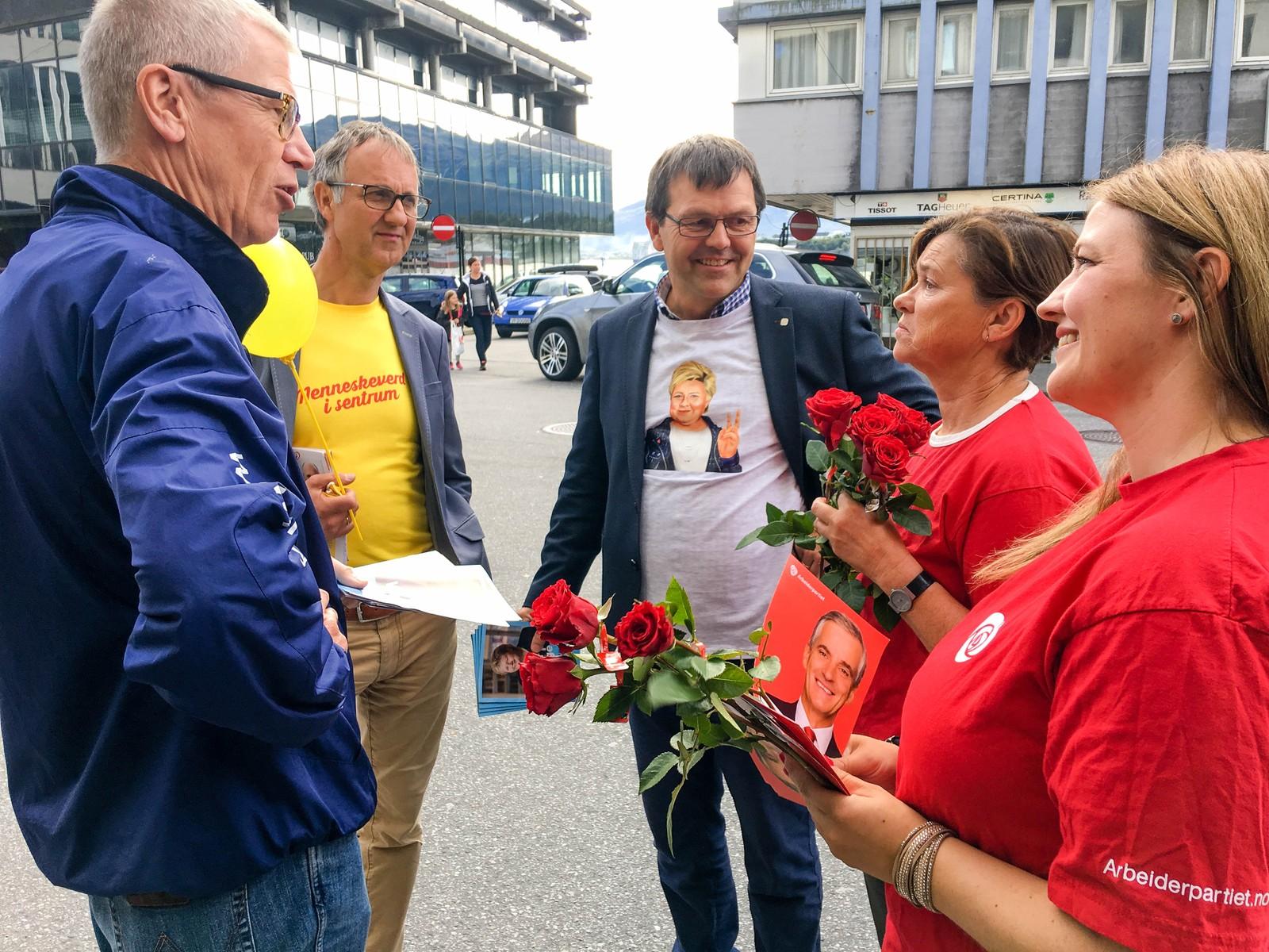 Det var ikke bare velgerne som diskuterte, det gjorde også politikerne. Fra venstre: Knut Anders Oskarson, bystyrerepresentant (H), Tore Johan Øvstebø, varaordfører (KrF), Edvard Devold, bystyrerepresentant (H), Eva Vinje Aurdal, ordfører, Ålesund (Ap), Camilla Edvardsen, vara Ålesund bystyre (Ap)