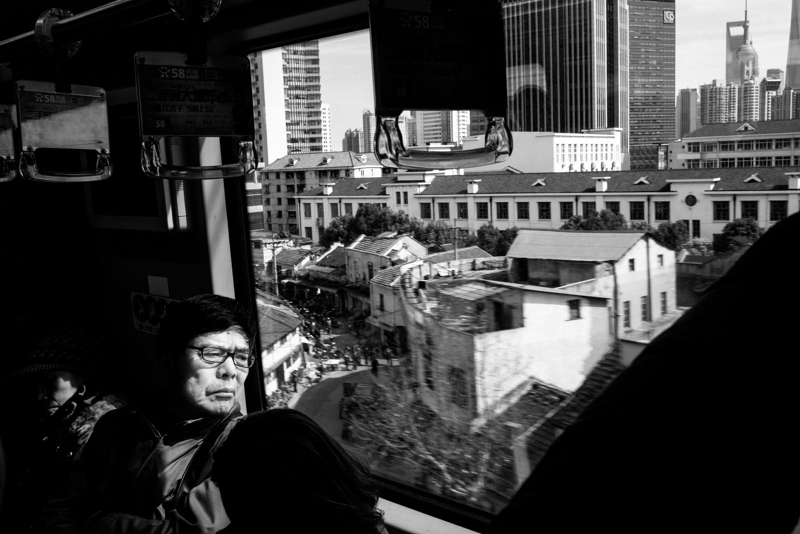 2. pris åpen klasse: Shanghai Metro, Kina. Turister utenfor nedgangen til metrolinje to. Juryens begrunnelse: En deilig, befriende serie med flyktige øyeblikk fra hverdagslivet. Noen scener er til og med følsomme og intime, selv om det bare er en reise med metroen i Shanghai.
