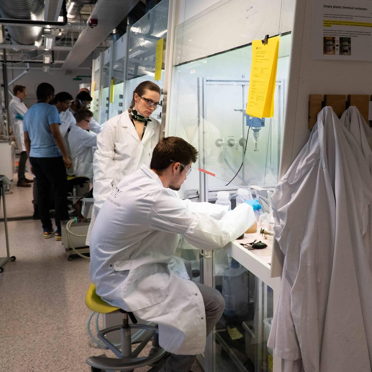 På fabrikken som er etablert ved NTNU. Her skal de lage testsett for koronaviruset.