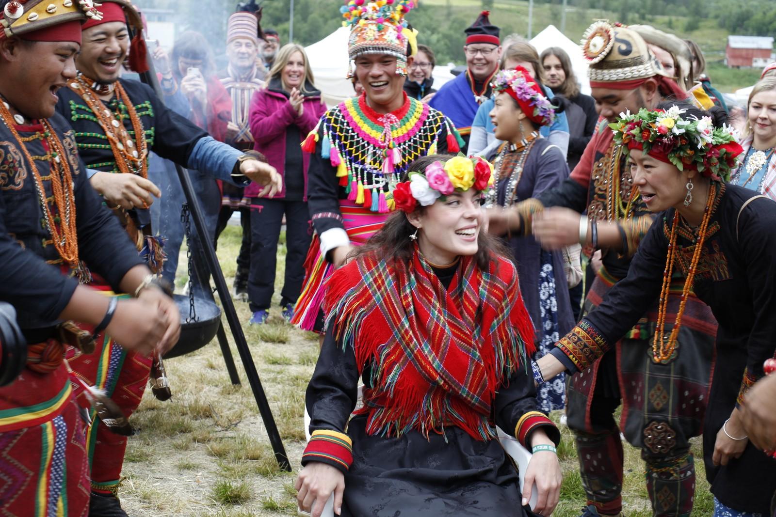 Karoline Trollvik fikk en spesiell dans før hun ble løftet opp av urfolksrepresentantene fra Taiwan.