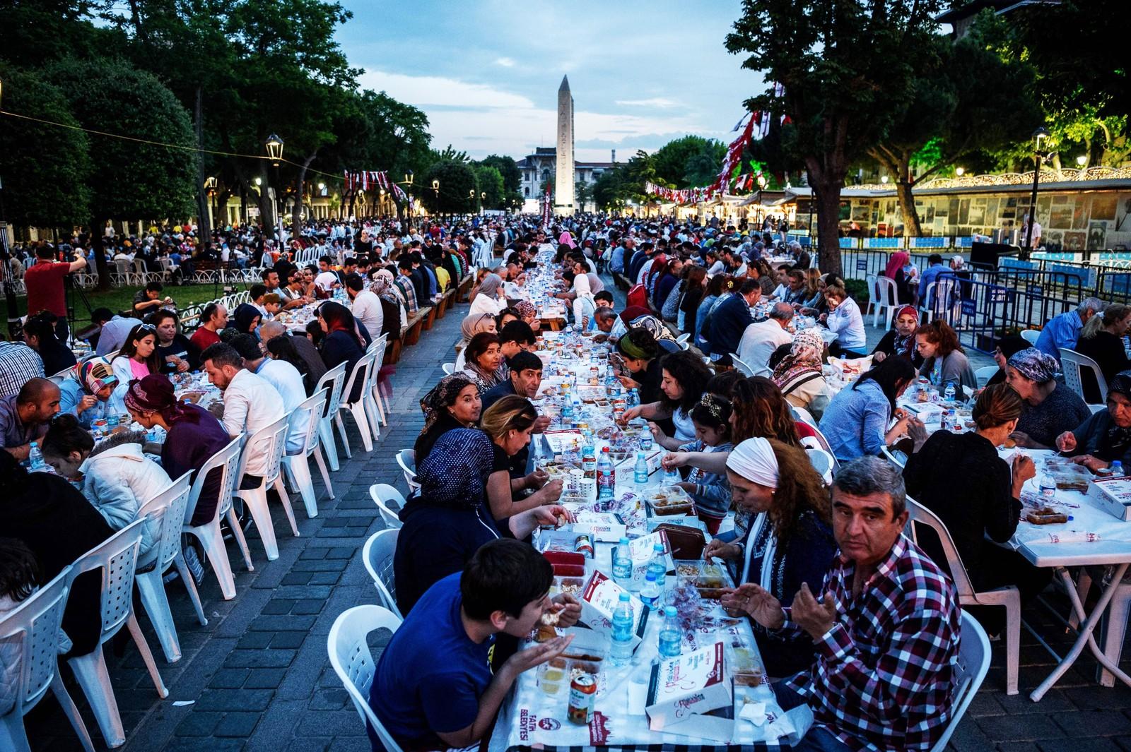 ISTANBUL: Tusenvis av tyrkere spiser et kveldsmåltid etter solnedgang på plassen foran Den blå moske i Istanbul ved innledning til årets ramadan.