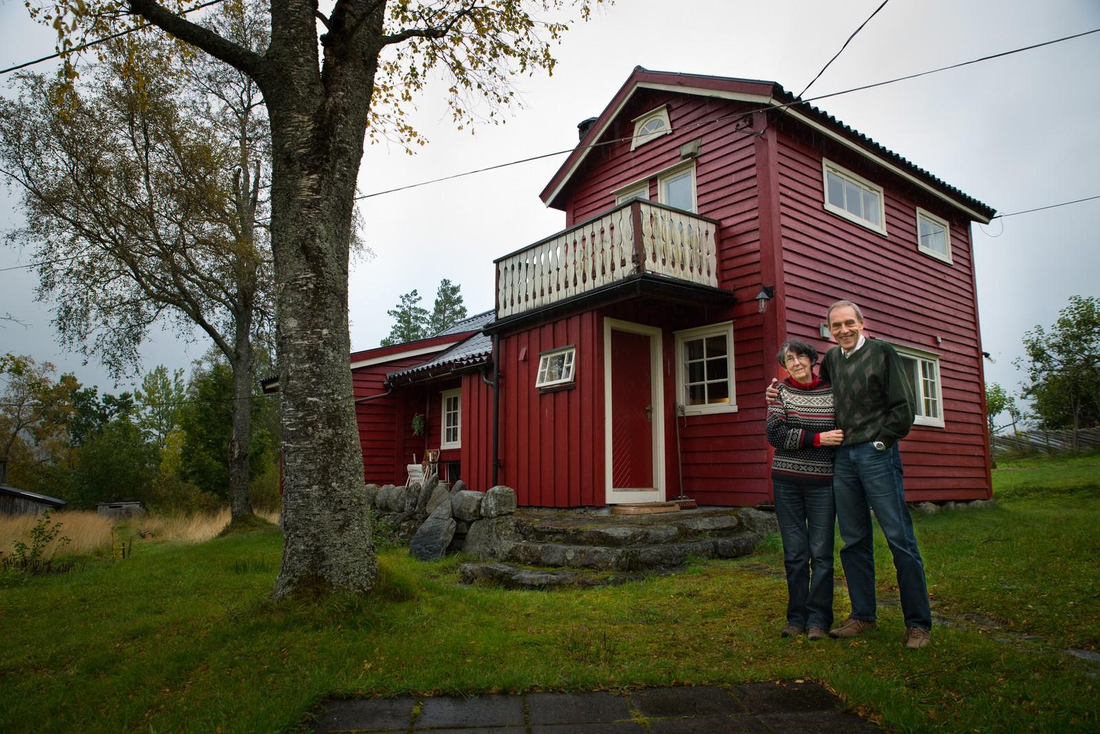 Lizet og Ole Thorvald ved huset han vaks opp i på Vik i Sykkylven.