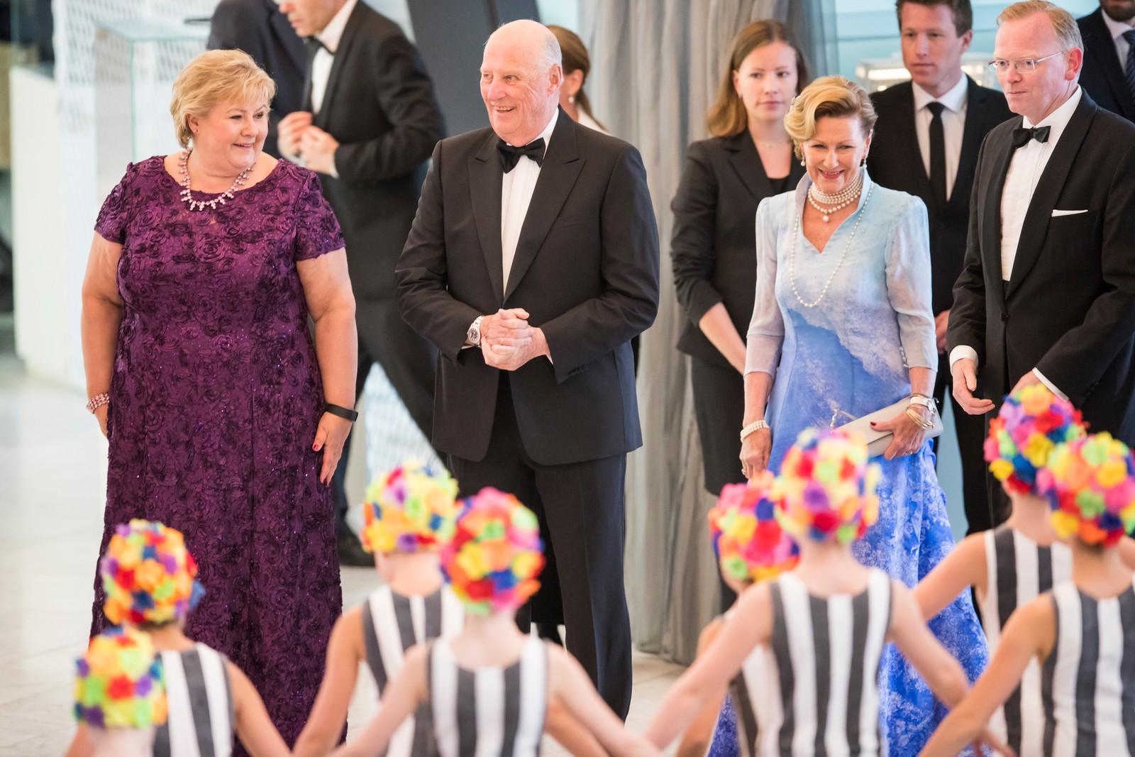 Statsminister Erna Solberg (tv), ektemann Sindre Finnes (th), dronning Sonja og kong Harald ankommer regjeringens festmiddag for kongeparet i Operaen i