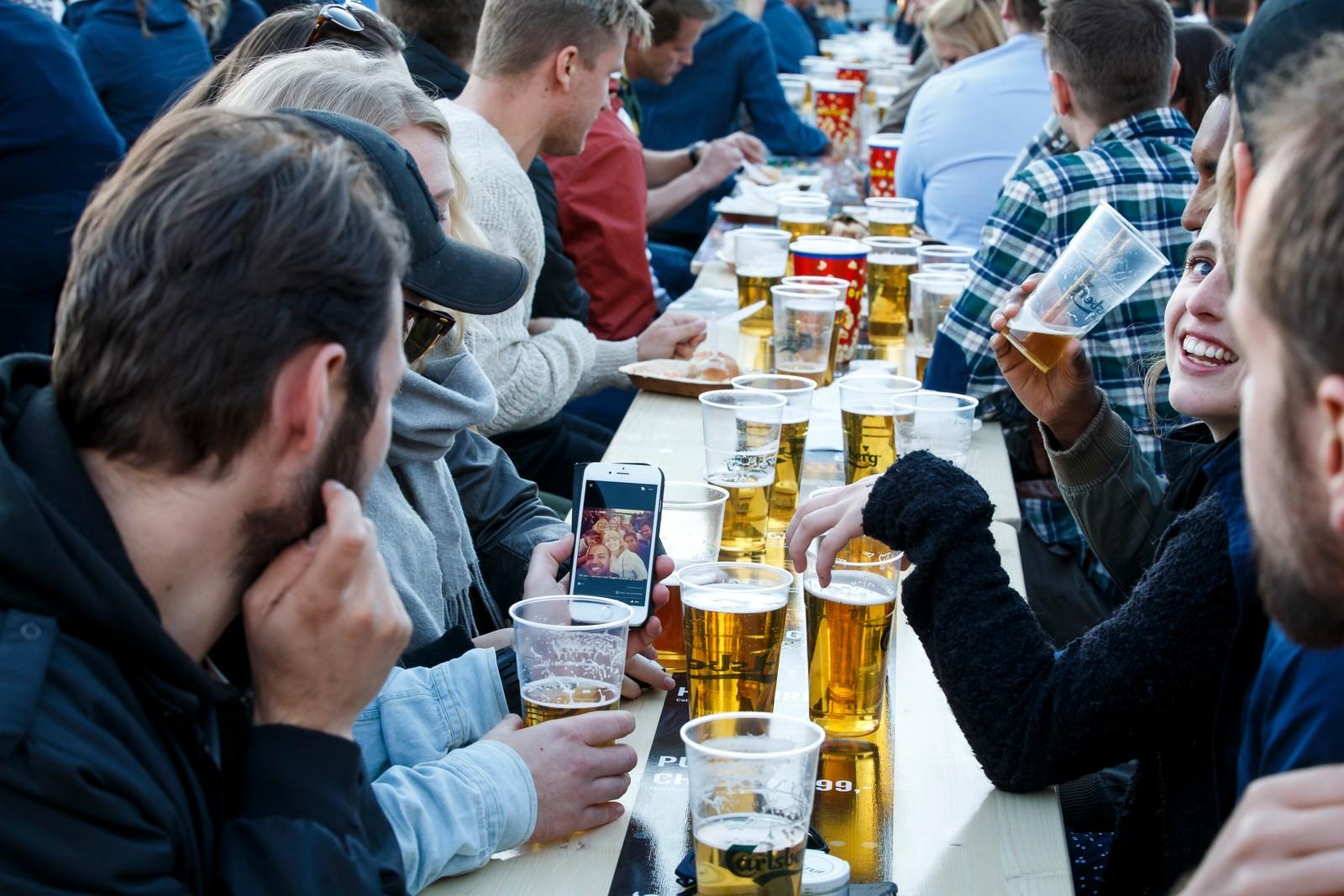 OSLO 20160610. Tusener har samlet seg på foran storskjermen på Kontraskjæret i finværet for å drikke øl og se åpningskampen i fotball EM mellom Frankrike og Romania. Foto: Heiko Junge / NTB scanpix Tusener har samlet seg på foran storskjermen på Kontraskjæret i finværet for å drikke øl og se åpningskampen i fotball EM mellom Frankrike og Romania.