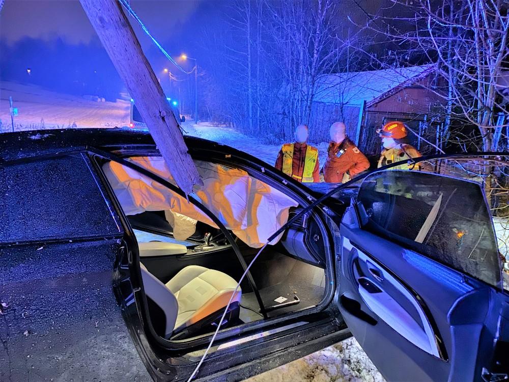 Bil traff lyktestolpe i Asker