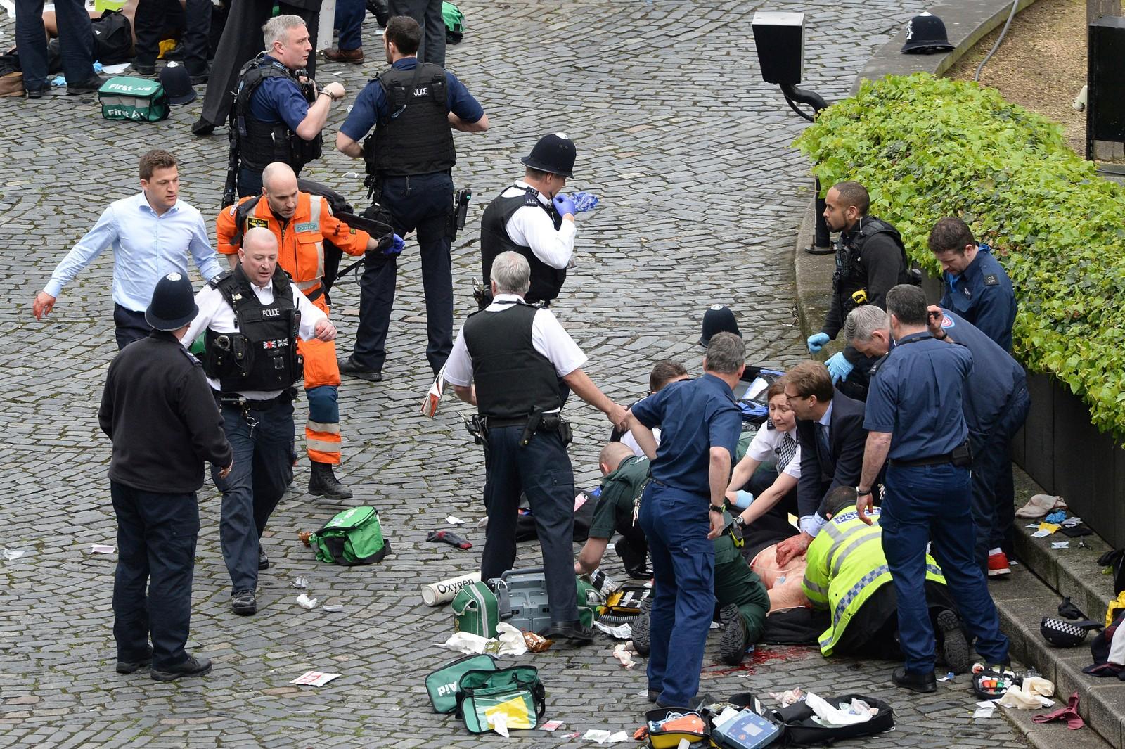 En person får hjelp etter hendelsen ved Westminster.