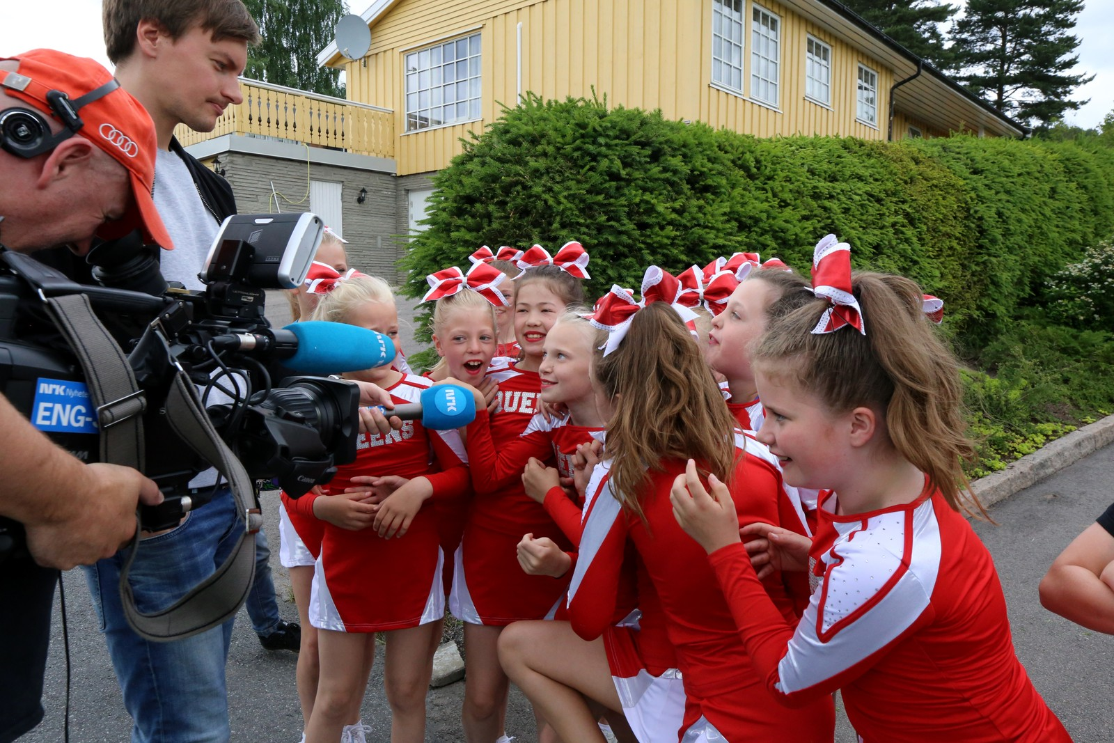 STARSTRUCK: NRK-reporter Christian Ingebrethsen møter hylende cheerleadere.