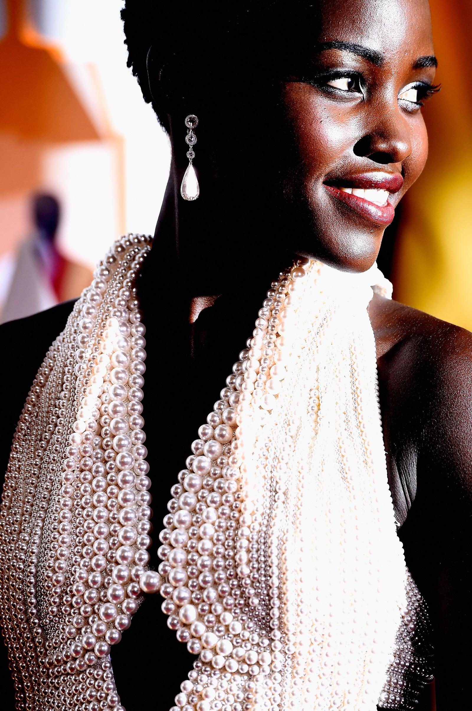 NUMMER EN: En fantastisk kjole i årets trend-«farge»: Hvit Calvin Klein, med 6.000 håndsydde perler, mener NRKs ekspert om Lupita Nyong'os antrekk.