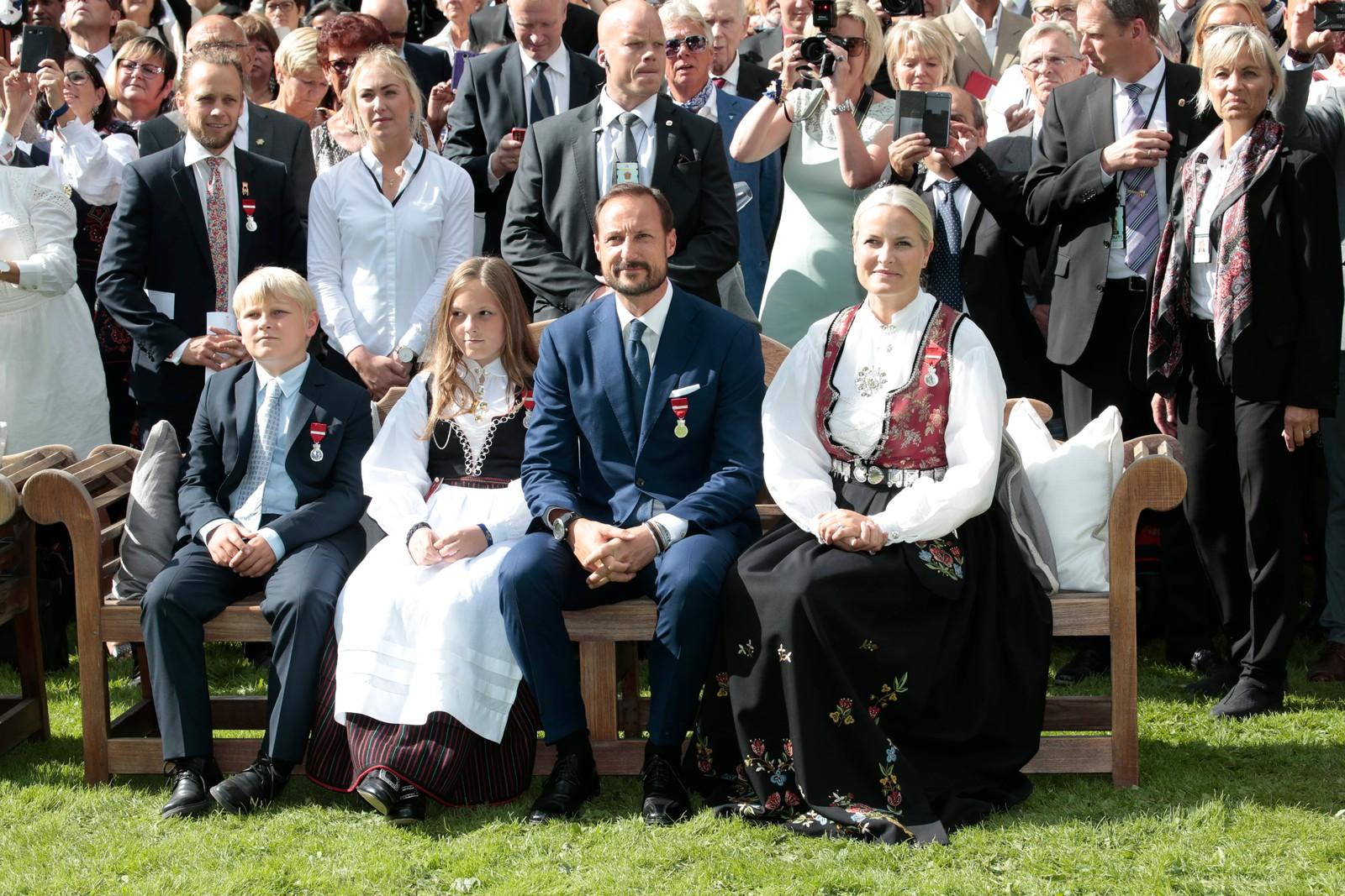 Kronprinsparet var til stede under hagefesten. Her er de under kong Haralds tale.