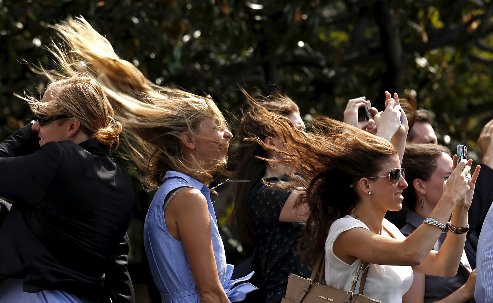Det blåser friskt på plenen til Det hvite hus når President Obamas helikopter tar av. Obama dro denne uka til New Orleans i forbindelse med ti års-markeringen av orkanen Katrinas ødeleggelser.