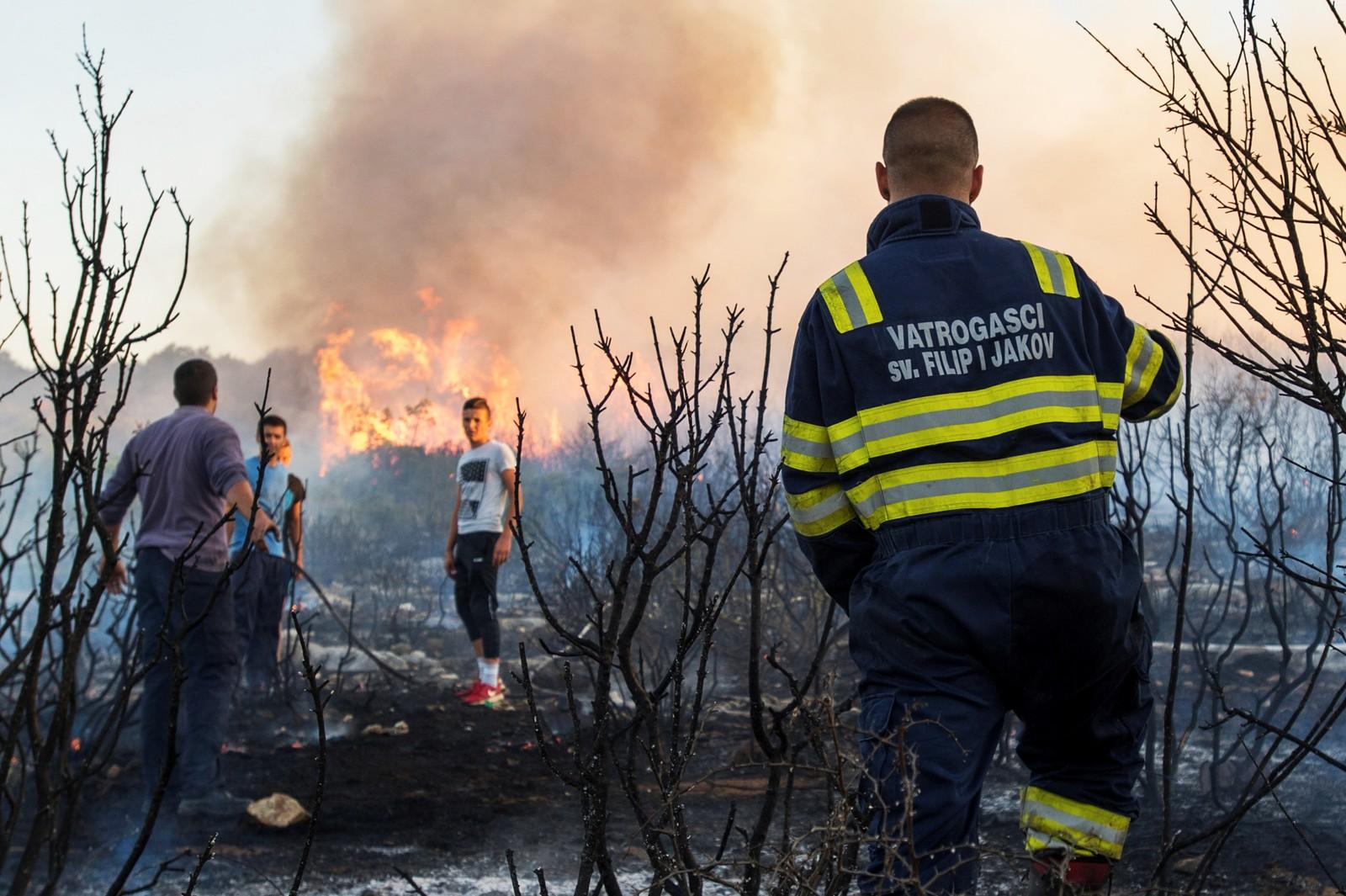 Brannfolk og sivile forsøker å slukke brann ved Zadar i Kroatia.