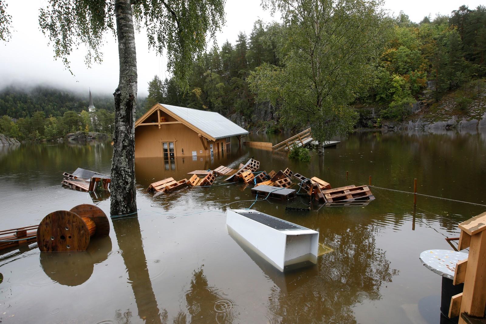 Et hus i Skotfos i Skien står under vann etter at store regnmengder fikk sjøer og elver til å gå over sine bredder på Østlandet denne uka.