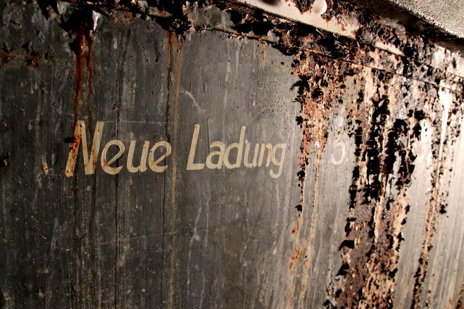 Tyske tekster på veggene.