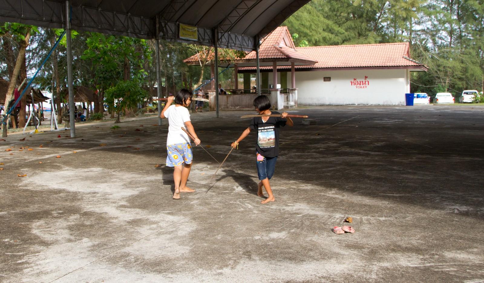 Jentene fekter og øver på en gammel tradisjonell thailandsk kampsport. De skal opptre på minneseremonien 26. desember.