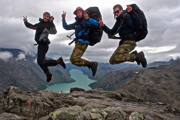 Knut, Christoffer og Kristian hopper over Besseggen med 20 kg på ryggen! - Foto: Oda Ytterhaug Giske